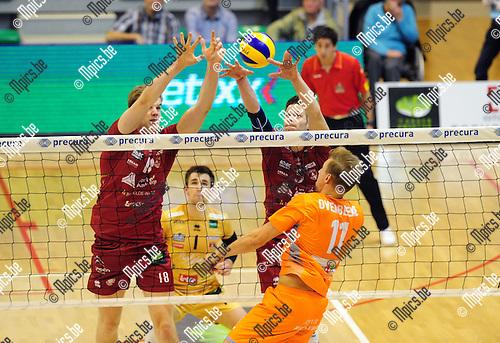2014-10-29 / Volleybal / seizoen 2014-2015 / Topvolley Antwerpen - Asse-Lennik / Colson (l.) en Van Rekom proberen de aanval van Robin Overbeeke (Asse-Lennik) te parreren.<br /><br />Foto: mpics.be