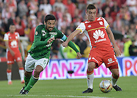 BOGOTA - COLOMBIA - 19-04-2015: Dario Rodriguez (Der.) jugador de Independiente Santa Fe disputa el balón con Andres Perez (Izq.) jugador de Deportivo Cali durante partido por la fecha 16 entre Independiente Santa Fe y Deportivo Cali de la Liga Aguila I-2015 jugado en el estadio Nemesio Camacho El Campin de la ciudad de Bogota. / Dario Rodriguez (R) player of Independiente Santa Fe struggles for the ball with Andres Perez (L) player of Deportivo Cali during a match of the 16 date between Independiente Santa Fe and Deportivo Cali for the Liga Aguila I 2015 at the Nemesio Camacho El Campin Stadium in Bogota city. Photo: VizzorImage / Gabriel Aponte / Staff.