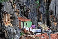 Casa incrustada na pedra. Bom Jesus da Lapa. Bahia. 2009. Foto de Alberto Viana.