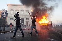 Roma: manifestanti esultano per il blindato dei Carabinieri dato alle fiamme durante gli scontri in Piazza San Giovanni. &quot;Occupy Wall Street&quot; &egrave; stata organizzata in 951 citt&agrave; di 82 Paesi per protestare contro la crisi economica mondiale.<br /> <br /> <br /> Rome: a demonstrator exult for the police van on fire during the demonstration &quot;Occupy Wall Street&quot;