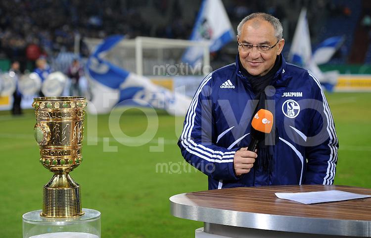 FUSSBALL   DFB POKAL   SAISON 2010/2010   VIERTELFINALE FC Schalke 04 - 1. FC Nuernberg                       25.01.2010 Trainer Felix MAGATH (Schalke) hat beim TV-Interview den Pokal fest im Blick
