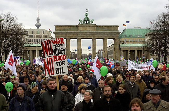 Demonstration gegen Irak-Krieg in Berlin<br /> Mehr als 500.000 Menschen (inoffizielle Polizeiangaben sprechen von fest 1 Million) demonstierten am Samstag den 15. Februar 2003  unter dem Motto &quot;NEIN zum Krieg gegen Irak - NO war on Iraq!&quot; gegen einen drohenden Krieg gegen den Irak.<br /> In zwei Demonstrationszuegen zogen die Demonstranten zum Siegessaeule im Bezirk Tiergarten.<br /> 15.2.2003, Berlin<br /> Copyright: Christian-Ditsch.de<br /> [Inhaltsveraendernde Manipulation des Fotos nur nach ausdruecklicher Genehmigung des Fotografen. Vereinbarungen ueber Abtretung von Persoenlichkeitsrechten/Model Release der abgebildeten Person/Personen liegen nicht vor. NO MODEL RELEASE! Nur fuer Redaktionelle Zwecke. Don't publish without copyright Christian-Ditsch.de, Veroeffentlichung nur mit Fotografennennung, sowie gegen Honorar, MwSt. und Beleg. Konto: I N G - D i B a, IBAN DE58500105175400192269, BIC INGDDEFFXXX, Kontakt: post@christian-ditsch.de<br /> Bei der Bearbeitung der Dateiinformationen darf die Urheberkennzeichnung in den EXIF- und  IPTC-Daten nicht entfernt werden, diese sind in digitalen Medien nach &sect;95c UrhG rechtlich geschuetzt. Der Urhebervermerk wird gemaess &sect;13 UrhG verlangt.]