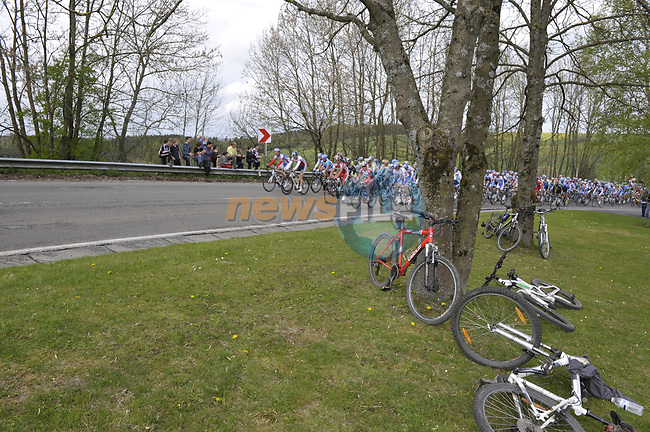 The peloton pass Longchamps during the 95th running of Liege-Bastogne-Liege cycle race, running 261km from Liege to Ans, Belgium. 26th April 2009 (Photo by Eoin Clarke/NEWSFILE)