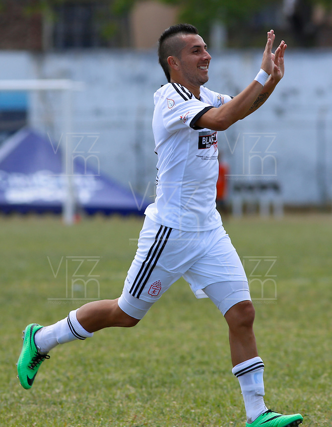 POPAYAN -COLOMBIA-19-07-2014. John Fredy Pérez jugador de América de Cali  celebra un gol anotado a Universitario de Popayan durante partido por la fecha 1 del Torneo Postobón II 2014 jugado en el estadio Ciro Lopez de la ciudad de Popayan./ John Fredy Perez player of America de Cali celebrates a goal scored to Universitario de Popayan during the match for the first date of Postobon Tournament II 2014 played at Ciro Lopez stadium in Popayan city. Photo: VizzorImage/Juan C. Quintero/STR