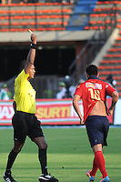 MEDELLIN - COLOMBIA -23-03-2014: Ulises Arrieta, arbitro muestra tarjeta amarilla a German Cano (der.) jugador del Deportivo Independiente Medellin, durante partido Deportivo Independiente Medellin y Deportivo Cali por la fecha 12 de la Liga Postobon I 2014, jugado en el estadio Atanasio Girardot de la ciudad de Medellin. / Ulises Arrieta, referee, shows yellow card to German Cano (R), player of Deportivo Independiente Medellin during a match Deportivo Independiente Medellin and Deportivo Cali for the date 12th of the Liga Postobon I 2014 at the Atanasio Girardot stadium in Medellin city. Photo: VizzorImage  / Luis Rios / Str.