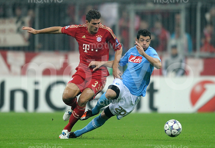 FUSSBALL   CHAMPIONS LEAGUE   SAISON 2011/2012     02.11.2011 FC Bayern Muenchen - SSC Neapel Mario Gomez (li, FC Bayern Muenchen) gegen Blerim Dzemaili (SSC Neapel)