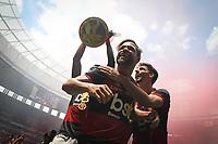 Brasília (DF), 16/02/2020 - Diego e Rodrigo Caio do Flamengo comemoram título da Supercopa. Partida entre Flamengo e Athletico Paranaense pela Supercopa no estádio Mané Garrincha em Brasília, neste domingo (16).
