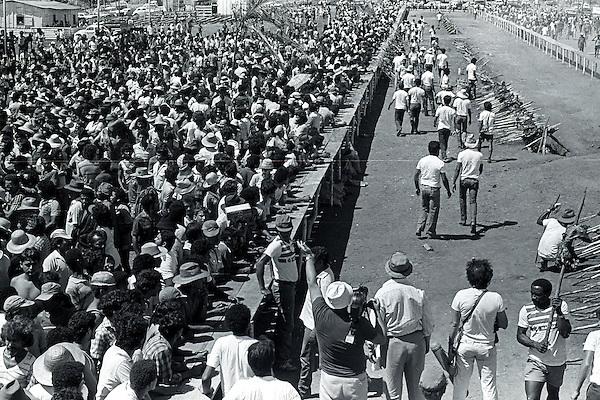 Serra Pelada.<br /> Garimpeiros comemoram a reabertura da cava com grande churrasco promovido pelo major Curi&oacute;.<br /> Foto Paulo Santos<br /> 1985