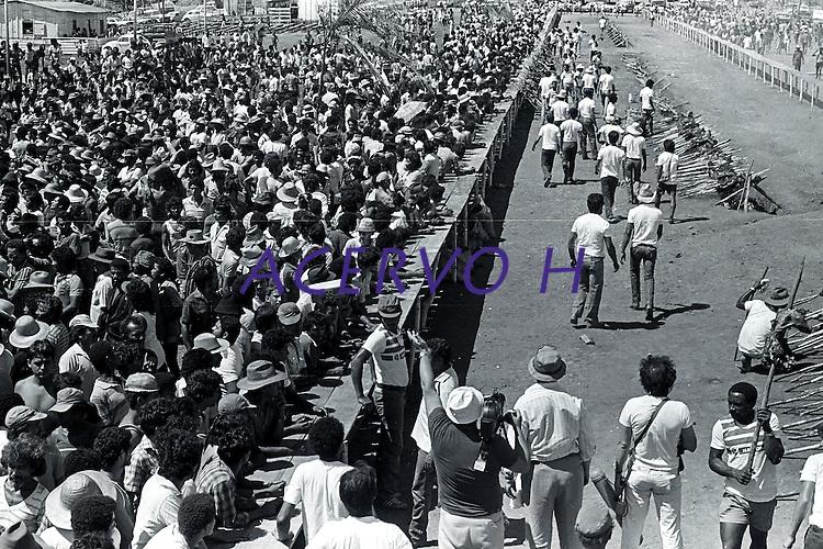 Serra Pelada.<br /> Garimpeiros comemoram a reabertura da cava com grande churrasco promovido pelo major Curió.<br /> Foto Paulo Santos<br /> 1985