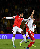 BOGOTÁ-COLOMBIA, 22–08-2019: Andrés Pérez de Independiente Santa Fe y Michael Rangel de América de Cali disputan el balón, durante partido de la fecha 7 entre Independiente Santa Fe y América de Cali, por la Liga Águila II 2019, jugado en el estadio Nemesio Camacho El Campín de la ciudad de Bogotá. / Andres Perez of Independiente Santa Fe and Michael Rangel of America de Cali fight for the ball, during a match of the 7th date between Independiente Santa Fe and America de Cali, for the Aguila Leguaje II 2019 played at the Nemesio Camacho El Campin Stadium in Bogota city, Photo: VizzorImage / Luis Ramírez / Staff.