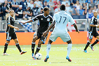 San Jose midfielder Khari Stephenson (7) looking at passing the ball up field... Sporting Kansas City defeated San Jose Earthquakes 2-1 at LIVESTRONG Sporting Park, Kansas City, Kansas.