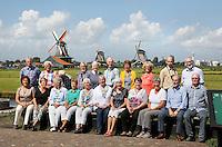 Nederland  Zaanse Schans  2016.  Bezoekers poseren voor de molens.  Foto Berlinda van Dam / Hollandse Hoogte