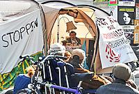 Leipzigs Dezernent für Kultur / Kulturbürgermeister Michael Faber liest am Donnerstag (10.04.2014) in einem Protestzelt des Fachschaftsrats der Theaterwissenschaften während einer Dauerlesung (seit Sonntag) in einem Zelt an der Moritzbastei Leipzig. Die Studenten protestieren damit gegen die geplante Schließung der Theaterwissenschaftlichen Fakultät an der Uni Leipzig. Foto: aif / Norman Rembarz<br /> <br /> Jegliche kommerzielle wie redaktionelle Nutzung ist honorar- und mehrwertsteuerpflichtig! Persönlichkeitsrechte sind zu wahren. Es wird keine Haftung übernommen bei Verletzung von Rechten Dritter. Autoren-Nennung gem. §13 UrhGes. wird verlangt. Weitergabe an Dritte nur nach  vorheriger Absprache. Online-Nutzung ist separat kostenpflichtig.