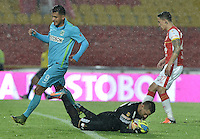 BOGOTÁ -COLOMBIA, 07-11-2015. Leandro Castellanos (C) arquero y Ricardo Villarraga (Der) jugador de Independiente Santa Fe disputan el balón con Jefferson Duque (Izq) jugador de Atlético Nacional durante partido por la fecha 19 de la Liga Aguila II 2015 jugado en el estadio Nemesio Camacho El Campín de la ciudad de Bogotá./ Leandro Castellanos (C) goalkeeper and Ricardo Villarraga (R) player of Independiente Santa Fe fight for the ball with Jefferson Duque (L) player of Atletico Nacional during the match for the date 19 of the Aguila League II 2015 played at Nemesio Camacho El Campin stadium in Bogotá city. Photo: VizzorImage/ Gabriel Aponte / Staff