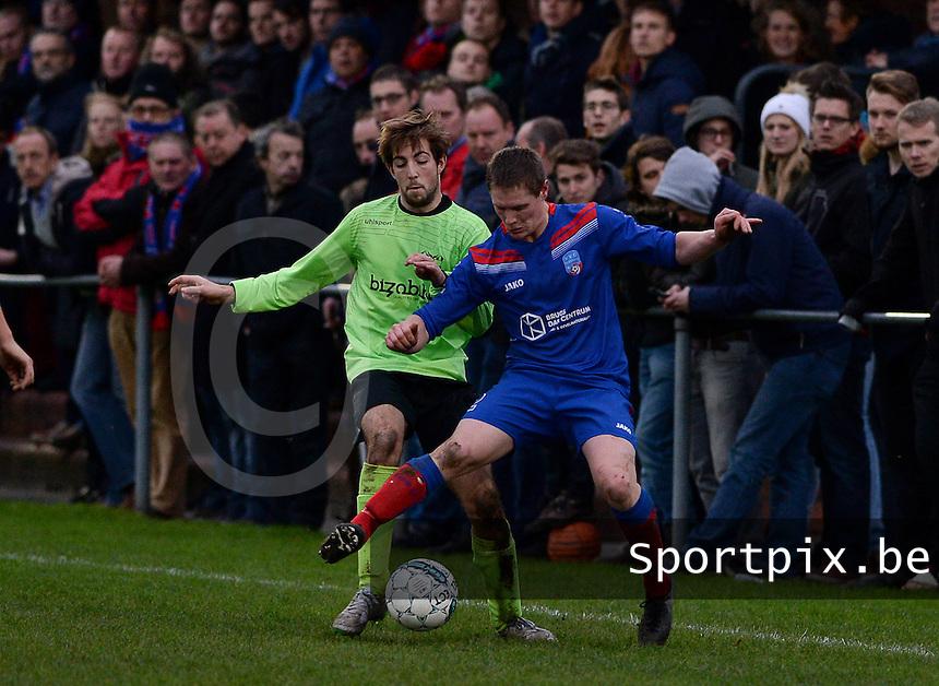 FC Moerkerke - VVC Beernem : Tim Feys (r) aan de bal voor Mike Waeghe (links) <br /> Foto VDB / Bart Vandenbroucke