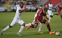 IBAGUE -COLOMBIA, 30-10-2016: Jhon Valencia (Der) jugador de Deportes Tolima disputa el balón con Alvaro Angulo (Izq.) jugador del Deportivo Pasto, durante partido por la fecha 18 de la Liga Aguila II 2016 entre Deportes Tolima y Deportivo Pasto,  jugado en el estadio Manuel Murillo Toro de la ciudad de Ibague. / Jhon Valencia (R) player of  Deportes Tolima vies for the ball with Alvaro Angulo (L) player of Deportivo Pasto, during a match for the date 18 of the Aguila League II 2016, between Deportes Tolima and Deportivo Pasto,  played at Manuel Murillo Toro stadium in Ibague city. Photo: VizzorImage / Juan Carlos Escobar / Cont.