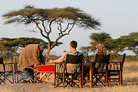 TANZANIA Serengeti Nationalpark near Arusha , tourist in wildlife lodge / Tansania Serengeti Nationalpark bei Arusha , Touristen in Lodge