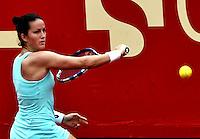 BOGOTA - COLOMBIA - 15-04-2016: Lara Arruabarrena de España, devuelve la bola a Sachi Vickery de Estados Unidos, durante partido por el Claro Colsanitas WTA, que se realiza en el Club El Rancho de Bogota. / Lara Arruabarrena from Spain, returns the ball to Sachi Vickery from United States, during a match for the WTA Claro Colsanitas, which takes place at Club El Rancho de Bogota. Photo: VizzorImage / Luis Ramirez / Staff.