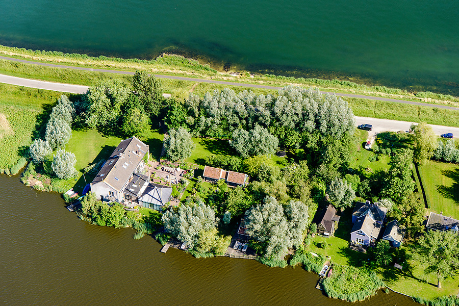Nederland, Noord-Holland, Landelijk Noord, 13-06-2017; Waterland met Uitdammerdijk, en Uitdammer Die.<br /> De dijk staat op de nominatie om verstrekt te worden, bewoners en actievoerders vrezen aantasting van de monumentale dijk en verlies culturele waarden.<br /> Rural area Waterland, North of Amsterdam.<br /> luchtfoto (toeslag op standaard tarieven);<br /> aerial photo (additional fee required);<br /> copyright foto/photo Siebe Swart