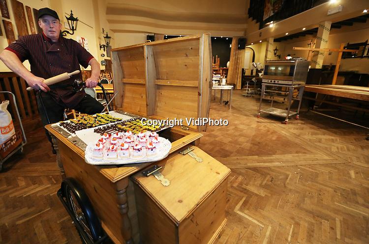 Foto: VidiPhoto..NEEDE - Bakker Marcel Stroet uit Neede in zijn nieuwe bakstudio. De ondernemer is in de oude bioscoop van Neede een bakstudio begonnen, waar hij allerlei cursussen geeft..