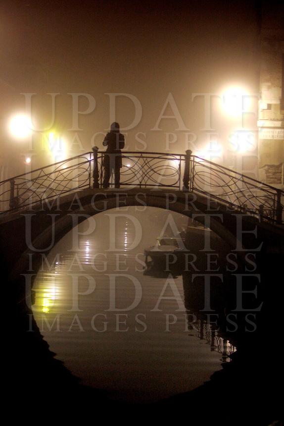 Uno scorcio di Venezia avvolta nella nebbia, di notte.<br /> Night fog scene in Venice.<br /> UPDATE IMAGES PRESS/Riccardo De Luca