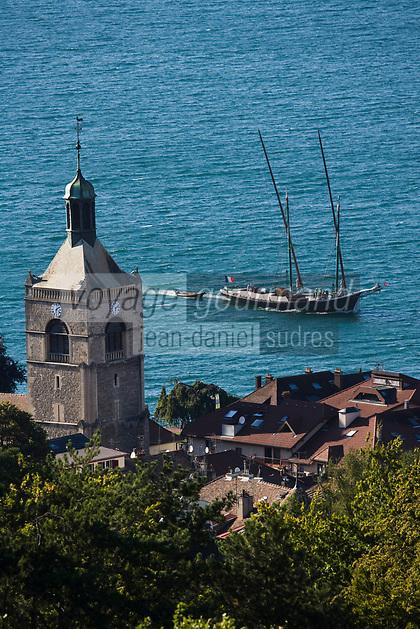Europe/France/Rhône-Alpes/74/Haute Savoie/ Evian-les-Bains:  L'église , les toits de la ville et un voilier deux-mats sur le Lac Léman