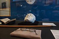 """Beethoven-Ausstellung """"Diesen Kuss der ganzen Welt!"""" in der Staatsbibliothek zu Berlin.<br /> Im Haus Unter den Linden wird eine der weltweit bedeutendsten Sammlungen von Notenhandschriften Ludwig van Beethovens und Autographen vom 11. Maerz bis 30. April 2020 gezeigt.<br /> Im Bild: Ein Schaukasten mit Lebndmaske und einer Brille Beethovens. <br /> 10.3.2020, Berlin<br /> Copyright: Christian-Ditsch.de<br /> [NUR FUER REDAKTIONELLE ZWECKE! Werbung nur auf Anfrage beim Fotografen. Inhaltsveraendernde Manipulation des Fotos nur nach ausdruecklicher Genehmigung des Fotografen. Vereinbarungen ueber Abtretung von Persoenlichkeitsrechten/Model Release der abgebildeten Person/Personen liegen nicht vor. NO MODEL RELEASE! Don't publish without copyright Christian-Ditsch.de, Veroeffentlichung nur mit Fotografennennung, sowie gegen Honorar, MwSt. und Beleg. Konto: I N G - D i B a, IBAN DE58500105175400192269, BIC INGDDEFFXXX, Kontakt: post@christian-ditsch.de<br /> Bei der Bearbeitung der Dateiinformationen darf die Urheberkennzeichnung in den EXIF- und  IPTC-Daten nicht entfernt werden, diese sind in digitalen Medien nach §95c UrhG rechtlich geschuetzt. Der Urhebervermerk wird gemaess §13 UrhG verlangt.]"""