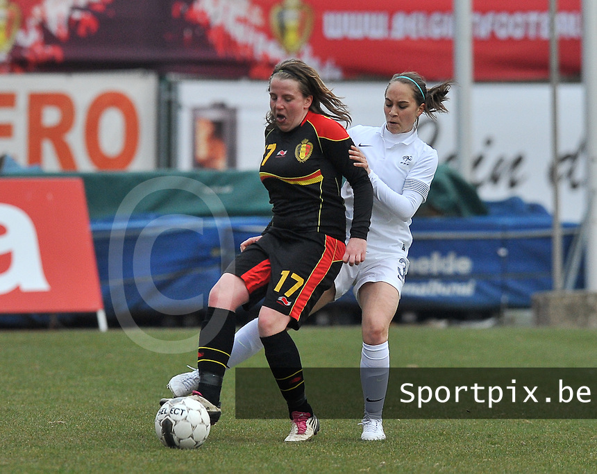 France U19 - Belgium U19 : Lucinda Michez aan de bal voor Charlotte Lorgere.foto DAVID CATRY / Nikonpro.be