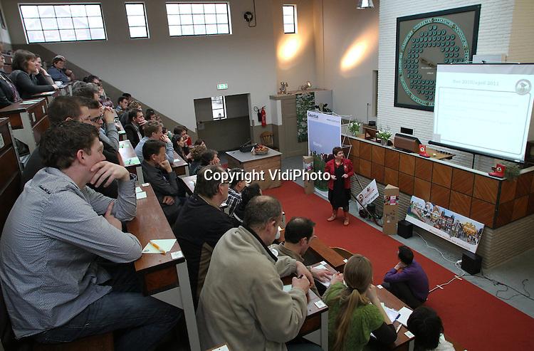 Foto: VidiPhoto..ZETTEN - In de mijnzaal van de voormalige Fruitveiling Midden-Betuwe in Zetten is woensdag in aanwezigheid van zo'n 60 boeren en tuinders en 40 verschillende agrarische 'producten', het landelijke project Boerenfluitjes van start gegaan. Boerenfluitjes, met als initiatiefneemster Ester van Aalst (rode jas) uit Gouda, is de 'missing link' tussen stad en platteland. Het onafhankelijke stadsmeisje wil het eerlijke verhaal vertellen van en over het Nederlandse voedsel op ons bord en ook de consument het platteland, de boeren en tuinders laten ontdekken. Het vertrekpunt is de burger, die niet alleen online, maar ook daadwerkelijk meegenomen wordt naar boerderij, teler en kweker. Een van de verre toekomstplannen is een keten van boerensupermarkten met Nederlandse producten..