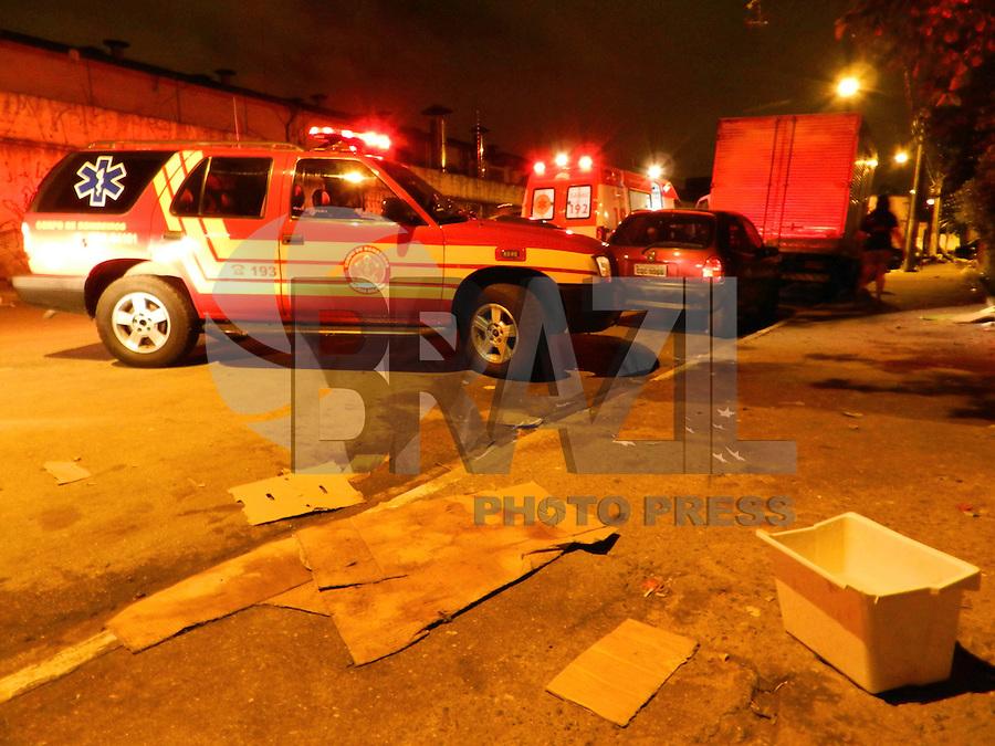 ATENÇÃO EDITOR: FOTO EMBARGADA PARA VEÍCULOS INTERNACIONAIS. - SÃO PAULO - SP -  24 DE DEZEMBRO 2012. ELETROCUTADO morador de rua que furtava fio do poste, conforme informou equipe dos bombeiros que o atendeu nesta madrugada de segunda-feira, na Rua Manuel Bandeira - Ceagesp, região de usuários de droga, na zona oeste. Socorrido ao Hospital das Clinicas, com queimaduras graves. FOTO: MAURICIO CAMARGO / BRAZIL PHOTO PRESS.