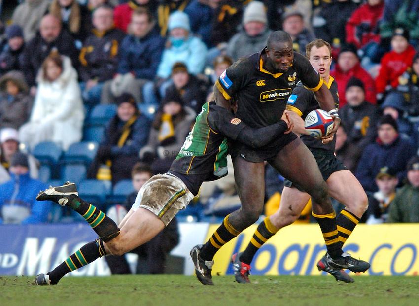 Photo. Richard Lane..London Wasps v Northampton Saints. Zurich Premiership. 20/02/2005..Ayoola Erinle attacks.