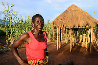 Zambia Chiawa, farmer woman living in Game Reserve Area of Lower Zambezi Nationalpark, the village is often attacked by wild animals, woman guard her maize field / SAMBIA Chiawa, Doerfer im Game Reserve Area des Lower Zambezi Nationalpark, die Dorfbewohner und ihre Felder werden haeufig von Wildtieren attackiert, Frau Ekrin Mpona bewacht ihr Maisfeld