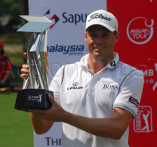 28.10.2012. Kuala Lumpur, Malaysia. 4th  and Final Round of GPA Golf  Classic Nick Watney USA WINNER of The Tournament with his trophy