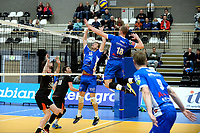 GRONINGEN - Volleybal, Lycurgus - Taurus, Alfa College, Eredivisie, seizoen 2017-2018, 04-11-2017, schijnaanval van Lycurgus speler Dennis Borst bij setup van Lycurgus speler Carlos Mora Sabate