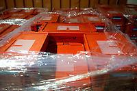 Berlin, Kisten mit Abstimmungsunterlagen der SPD Mitglieder zum Mitgliederentscheid &uuml;ber die Gro&szlig;e Koalition stehen in der Nacht zum Samstag (14.12.13) in der Station Berlin.<br /> Foto: Steffi Loos/CommonLens