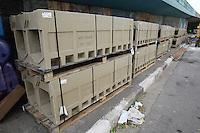 SAO PAULO, SP, 02/05/2014, MANUTENCAO GRELHAS. Nessa sexta-feira (2), a prefeitura de Sao Paulo esta trocando as grelhas para escuo de aguas de chuvas, na entrada do tunel dovale do Anhagabau. As grelhas antigas eram de ferro o que causava varios acidentes, ja as novas estruturas sao de aco revestidas de concreto e foram importadas da Alemanha. LUIZ GUARNIERI/BRAZIL PHOTO PRESS.
