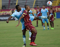 IBAGUÉ - COLOMBIA, 03-05-2016: Erik Correa (Der) jugador de Deportes Tolima disputa el balón con Ramon Cordoba (Izq) jugador del Jaguares FC durante partido por la fecha 1 de la Liga Águila II 2017 jugado en el estadio Manuel Murillo Toro de la ciudad de Ibagué. / Erik Correa (R) player of  Deportes Tolima vies for the ball with Ramon Cordoba (L) player of Jaguares FC during match for date 1 of the Aguila League II 2017 played at Manuel Murillo Toro stadium in Ibague city. Photo: VizzorImage / Juan Carlos Escobar / Cont