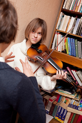 Zu den unterrichteten Instrumenten gehört auch die Violine. Nichtstaatliche Schule in Belarus in der Nähe von Minsk, deren Schüler und Lehrer lange Wege und Überwachung in Kauf nehmen. / Pupils are taught to play different instruments. Privat school in Belarus near Minsk.