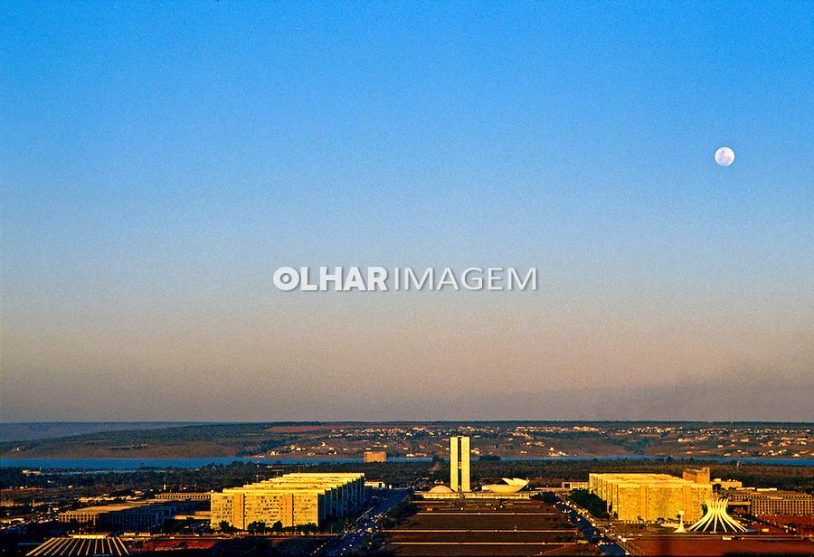 Lua cheia na cidade de Brasília.  1997. Foto de Salomon Cytrynowicz.