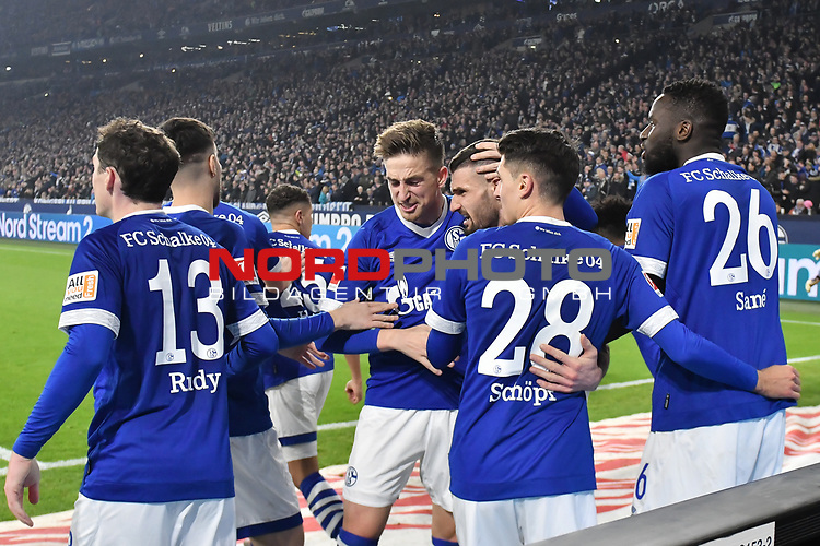 08.12.2018, Veltins-Arena, Gelsenkirchen, GER, 1. FBL, FC Schalke 04 vs. Borussia Dortmund, DFL regulations prohibit any use of photographs as image sequences and/or quasi-video<br /> <br /> im Bild die Mannschaft von Schalke Jubel / Freude / Emotion / Torjubel / Torschuetze zum 1:1 Daniel Caligiuri (#18, FC Schalke 04) <br /> <br /> Foto © nordphoto/Mauelshagen