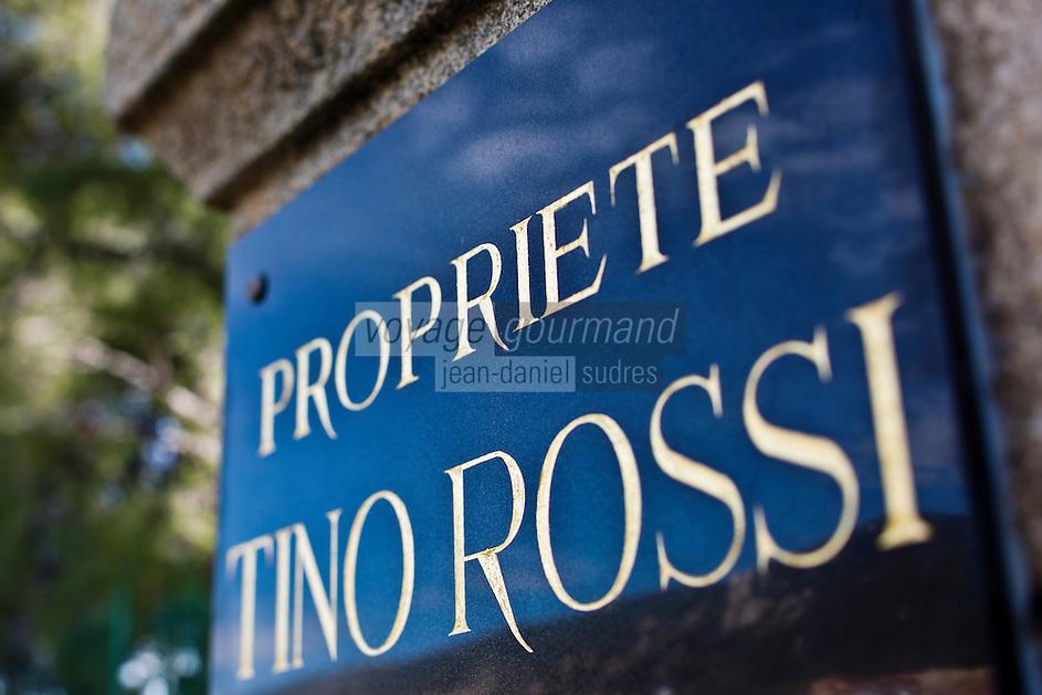 Europe/France/2A/Corse du Sud/Ajaccio: Plaque de la Maison Tino Rossi  sur la route des Sanguinaires - Natif d'Ajaccio, il vécut dans sa propriété, appelée :le Scudo , sur la route des Sanguinaires, près de la plage de Marinella.