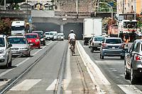 Un ciclista percorre un tratto di strada in un'ora di punta. Roma &egrave; una delle citt&agrave; con il minor numero di piste ciclabili.<br /> Cycling in Rome.