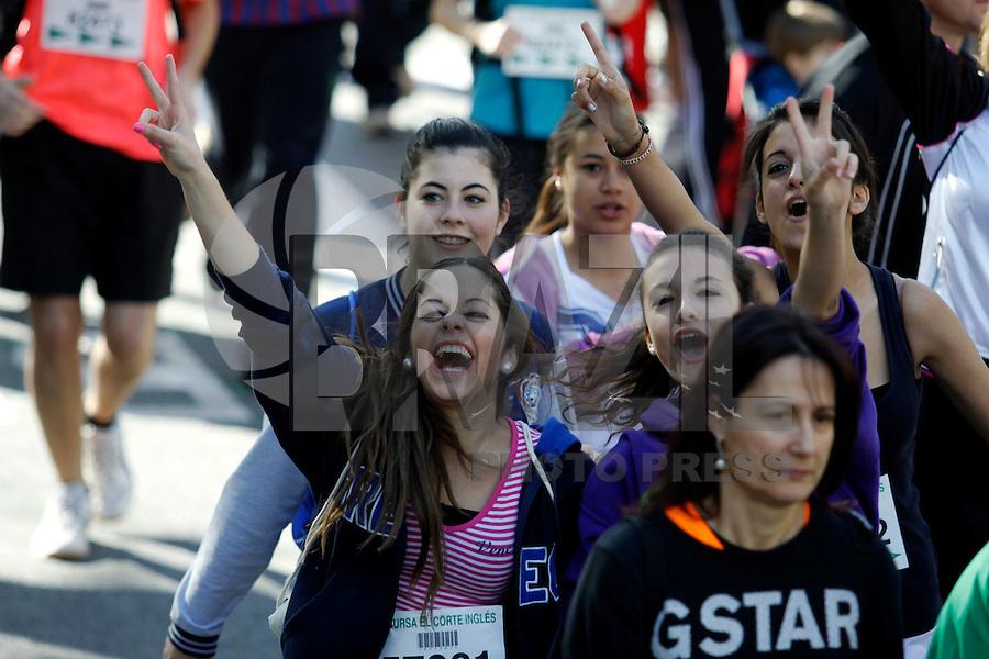 """BARCELONA, ESPANHA, 15 DE ABRIL 2012 - 34a EDICAO CORRIDA EL CORTE INGLES - Participantes durante tradicional corrida """"Cursa El Corte Ingles"""", pelas ruas de Barcelona num total de 10.766 km. O evento é reconhecido pela Federacao Catala de Atletismo, este ano quase 60 mil  pessoas se inscreveram o evento também arrecada alimentos para a Fundació Banc dels Aliments. Evento realizado na manha deste domingo Na Praca de Catalunha em Barcelona, na Espanha. (FOTO: WILLIAM VOLCOV / BRAZIL PHOTO PRESS)."""