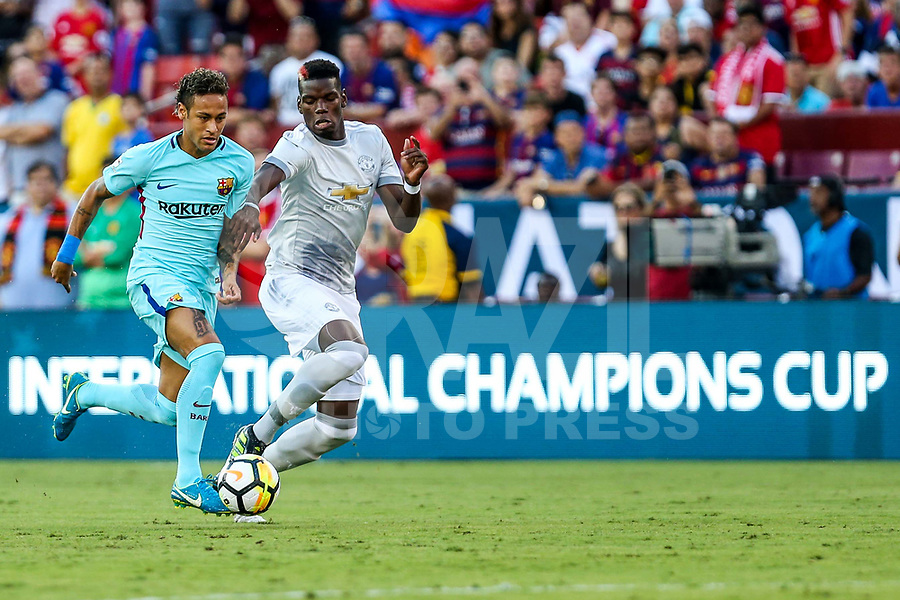 LANDOVER, EUA, 26.07.2017 - BARCELONA-MANCHESTER UNITED -  Neymar Jr. (E) do Barcelona disputa bola com Paul Pogba  do Manchester United jogo valido pela Internacional Champions Cup no  FedExField, Landover nos Estados Unidos nesta quarta-feira, 26. (Foto: William Volcov/Brazil Photo Press/Folhapress)