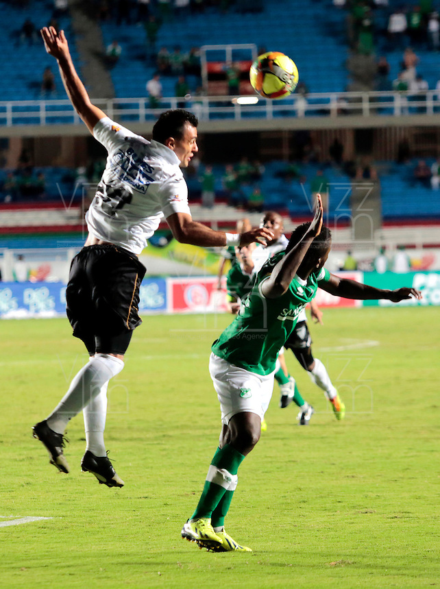 Cali - COLOMBIA -08-02-2014: Esteven Mendoza (Der.) jugador del Deportivo Cali disputa el balón con Marlon Piedrahita (Izq.) jugador del Once Caldas durante partido de la cuarta fecha de la Liga Postobon I 2014, jugado en en el estadio Pascual Guerrero de la ciudad de Cali. / Esteven Mendoza (R)  player of Deportivo Cali fights for the ball with Jose Marlon Piedrahita (L) player of Once Caldas during a match for the fourth date of the Liga Postobon I 2014 2014 at the Pascual Guerrero stadium in Cali city. Photo: VizzorImage  / Juan C Quintero/ Str.