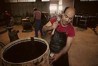 Europe/France/Poitou-Charentes/16/Charente/Cognac/Tonnellerie Seguin Moreau&nbsp;: Pose des barres [Non destin&eacute; &agrave; un usage publicitaire - Not intended for an advertising use]<br /> PHOTO D'ARCHIVES // ARCHIVAL IMAGES<br /> FRANCE 1990