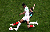 MOSCU - RUSIA, 11-07-2018: Luka MODRIC (Der) jugador de Croacia disputa el balón con Marcus RASHFORD (Izq) jugador de Inglaterra durante partido de Semifinales por la Copa Mundial de la FIFA Rusia 2018 jugado en el estadio Luzhnikí en Moscú, Rusia. / Luka MODRIC (R) player of Croatia fights the ball with Marcus RASHFORD (L) player of England during match of Semi-finals for the FIFA World Cup Russia 2018 played at Luzhniki Stadium in Moscow, Russia. Photo: VizzorImage / Julian Medina / Cont