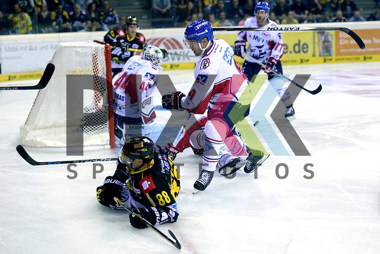 1. Spieltag der DEL Saison 2016/17 &ndash; Krefeld Pinguine vs. Adler Mannheim (16.09.2016) /#9 Brent Raedeke (Mannheim) /#88 Martin Schymainski (KEV) im Spiel in der DEL, Krefeld Pinguine (schwarz) &ndash; Adler Mannheim (weiss).<br /> <br /> Foto &copy; PIX-Sportfotos.de *** Foto ist honorarpflichtig! *** Auf Anfrage in hoeherer Qualitaet/Aufloesung. Belegexemplar erbeten. Veroeffentlichung ausschliesslich fuer journalistisch-publizistische Zwecke. For editorial use only.