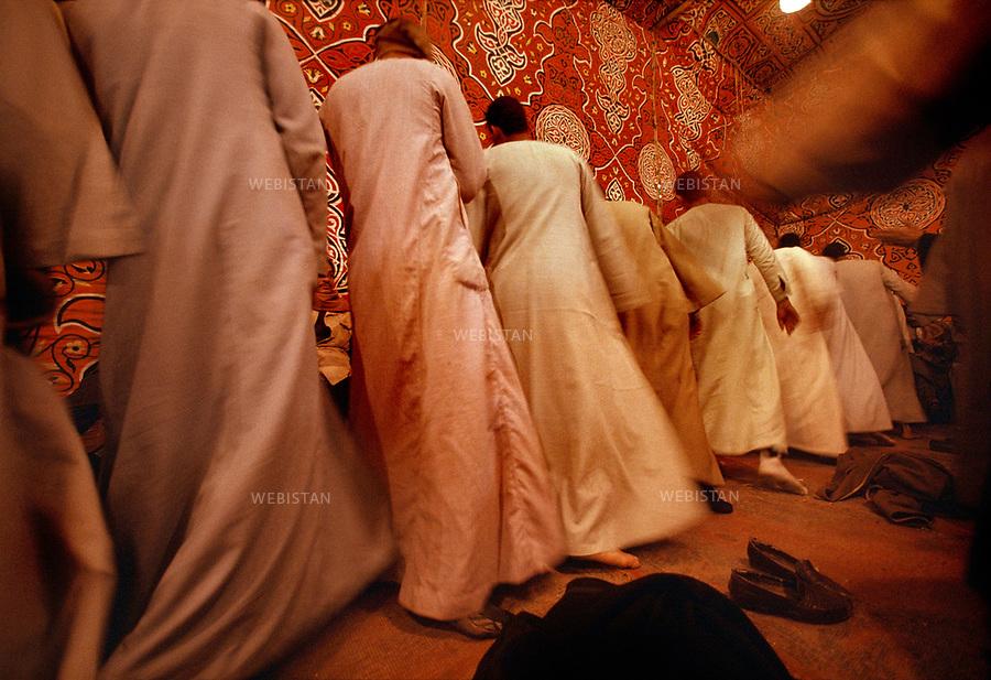 &Eacute;gypte, le Caire, 1991. Les Moulouds, f&ecirc;tes religieuses populaires, c&eacute;l&egrave;brent l'anniversaire de Saints et sont rythm&eacute;es par des transes de derviches.<br /><br />Egypt, Cairo, 1991. The Moulouds, which are popular religious festivals, celebrate the birthday of Saints and are punctuated by trances of dervishes.<br /><br />Diffusion HEMIS