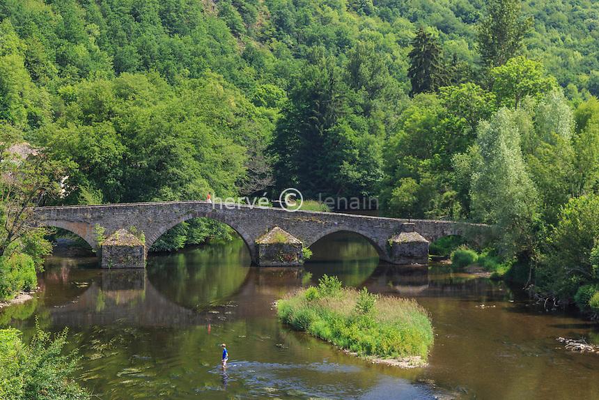 France, Puy-de-Dôme (63), Gorges de la Sioule, le pont de Menat sur la Sioule // France, Puy de Dome, Sioule gorges, bridge Menat on Sioule